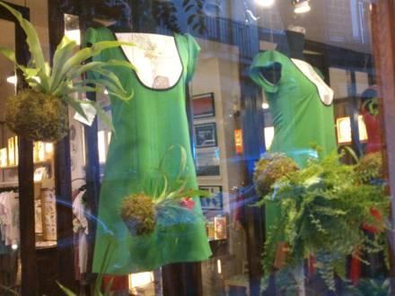 Decoración con kokedamas de la tienda La Antigua de Madrid